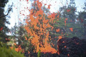Cận cảnh núi lửa Hawaii phun dung nham đỏ rực trời