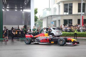 Mãn nhãn xe đua F1 đốt lốp trên đường phố Sài Gòn