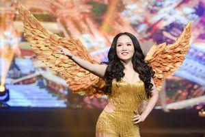 Nữ sinh Học viện Âm nhạc đeo cánh thiên thần, trình diễn táo bạo