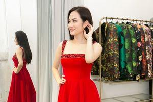 Diệu Linh chuẩn bị trang phục để tranh tài tại Miss Tourism Queen International 2018