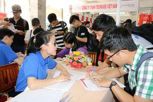 Hội chợ việc làm 'hút' sinh viên