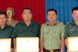 Khen thưởng 3 cá nhân dũng cảm truy bắt tội phạm
