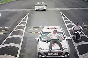 Tàixế taxi 'hất' nhân viên an ninh sân bay lên nắp ca-po