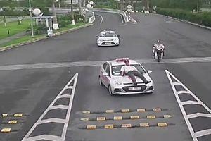 Đón khách nơi biển cấm, tài xế taxi 123 húc tung bảo vệ sân bay Nội Bài lên nóc capo