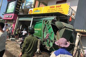 Xe chở rác lao vào nhà dân khiến 3 người bị thương nặng