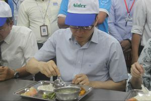 Kiểm tra bếp ăn tập thể, Phó Thủ tướng Vũ Đức Đam ăn cơm cùng công nhân