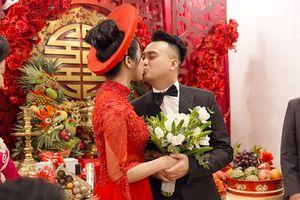 Diệp Lâm Anh và chồng hôn nhau đắm đuối trong lễ thành hôn