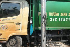 Xe chở rác đâm thẳng vào tiệm sửa xe máy, 3 người bị thương