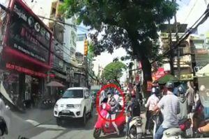 Nóng nhất Sài Gòn: 'Nữ Ninja làm xiếc' cắt ngang hàng loạt xe máy để sang đường