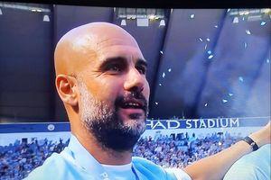Pep Guardiola lặng người trong khoảnh khắc Man City nâng Cup