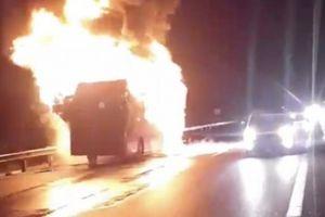 2 xe khách rực lửa trên cao tốc, nhiều người khóc gào