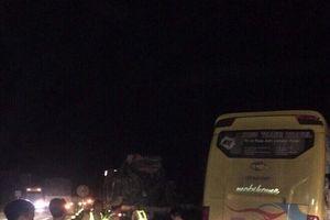 Hà Tĩnh: Xe khách tông container, 2 người chết, 14 người bị thương