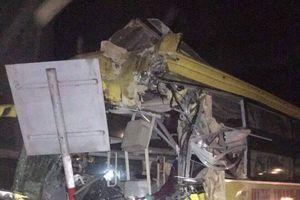 Xe khách đâm vào container biến dạng: 14 người thương vong