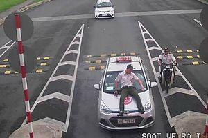 Bắt khẩn cấp tài xế taxi hất nhân viên sân bay lên cắp capo