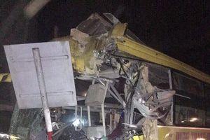 Hà Tĩnh: Xe khách giường nằm đâm xe tải, 2 người chết, hàng chục người bị thương