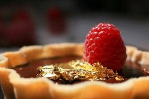 Tùy tiện ăn thực phẩm dát vàng có thể gây tử vong