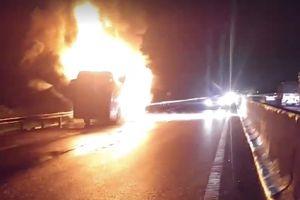 Xe khách Phương Trang cháy ngùn ngụt trên cao tốc Trung Lương