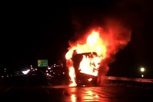 Xe khách giường nằm Phương Trang cháy dữ dội trên cao tốc