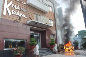 Khách tháo chạy khỏi khách sạn khi chiếc ô tô bất ngờ phát nổ và bốc cháy