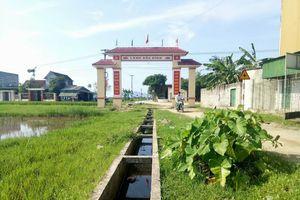 Hà Tĩnh: Hy hữu cổng làng trị giá 76 triệu được xây giữa mương thủy lợi