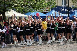Xem diễu hành múa gậy châu Âu tại khu vực phố đi bộ Hồ Gươm