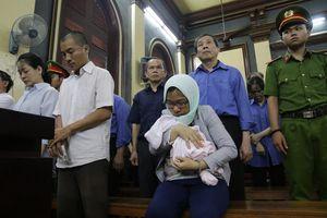 'Cánh tay' đắc lực của Hứa Thị Phấn mang theo con sơ sinh đến tòa