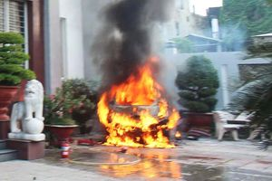 Ôtô để trước khách sạn phát nổ, bốc cháy dữ dội
