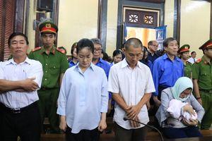 Ôm con mới sinh đến phiên xử Hứa Thị Phấn