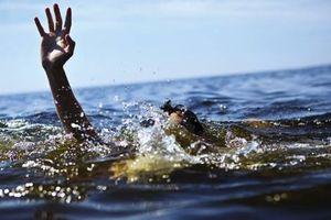 Hai bé trai đuối nước tử vong trong ao nhà