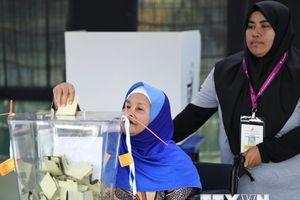Bầu cử Malaysia: Liên minh cầm quyền và đối lập bám đuổi sít sao