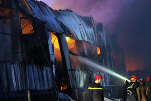 Kho hàng ở Bình Chánh bốc cháy dữ dội hàng giờ