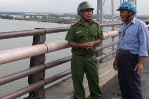 Cảnh sát khu vực cứu sống 2 phụ nữ định nhảy cầu Cần Thơ tự vẫn