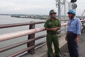 Cảnh sát khu vực cứu sống 2 người nhảy cầu Cần Thơ tự tử