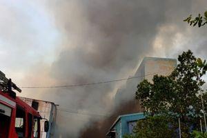 Cháy dữ dội tại Khu công nghiệp Vĩnh Lộc, lửa cùng khói đen bốc cao ngùn ngụt
