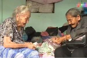 Rơi nước mắt tình chị em 90 tuổi, em bán vé số nuôi chị tai biến, 2 chị em chia nhau mẩu bánh mì
