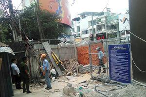 Thanh sắt rơi từ khách sạn 21 tầng đang xây khiến người dân hoảng sợ