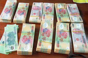 Bắt quả tang 2 mẹ con tàng trữ 60 triệu đồng tiền giả