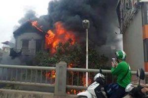 Cháy lớn tại chân cầu Vĩnh Tuy