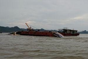 Tàu hơn 1.000 tấn bị giông lốc nhấn chìm
