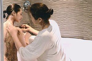 Tin sao Việt: Bảo Anh được mẹ vào tận phòng tắm bôi thuốc khi bị dị ứng