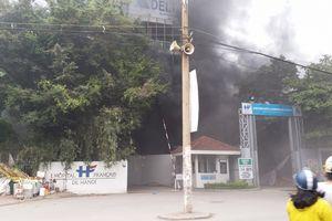 Cháy dữ dội tại bệnh viện Việt Pháp Hà Nội, cột khói cuồn cuộn bốc đen kịt trời