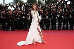 Hoa hậu Hoàn vũ 2016 đầm xẻ sâu khoe vòng 1 hút mắt tại Cannes