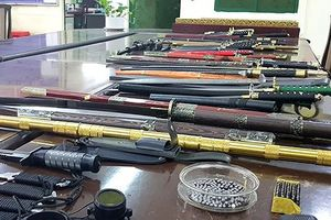 Bắt quả tang đối tượng rao bán vũ khí, công cụ hỗ trợ qua mạng facebook