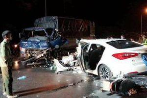 Ô tô con nát bét sau cú tông trực diện xe tải, tài xế bị gãy 2 chân