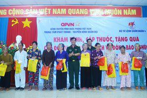Khám bệnh, cấp thuốc miễn phí, tặng quà đối tượng chính sách, hộ nghèo ở tỉnh Tiền Giang