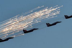 Xem máy bay Nga trổ tài diễn xiếc trên không