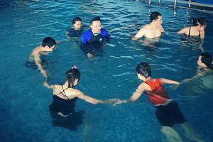 Giọt nước mắt của cậu bé tự kỷ khiến huấn luyện viên bơi nhói lòng