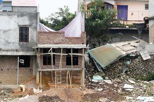 Sụt lún đê, nhiều nhà dân bị 'nuốt chửng'