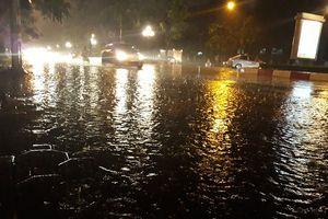 Hà Nội hóa sông sau trận mưa như trút nước tối 12/5