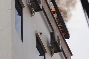 Cháy khách sạn tại Hà Nội, du khách hốt hoảng chạy thoát thân
